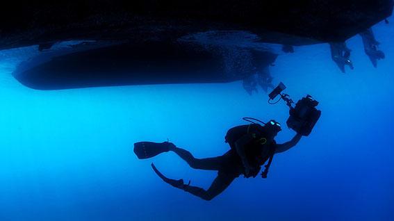 Buceador bajo embarcación